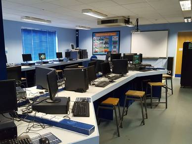 Computerraum in Old Buckenham Hall - Schüler Sprachschule Cambridge