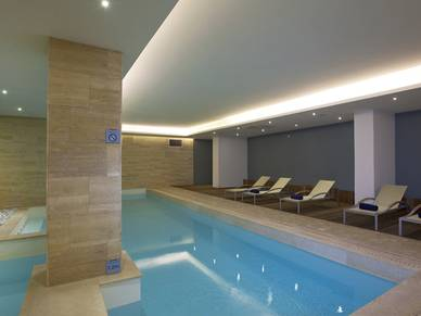 Indoor Pool des Hotels, St. Julians Sprachreise